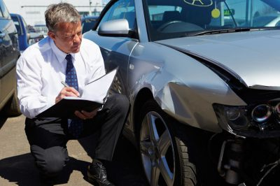 rzeczoznawca dokonujący oględzin samochodu po wypadku