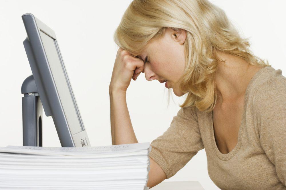 sfrustrowana kobieta mająca problem z ubezpieczycielem