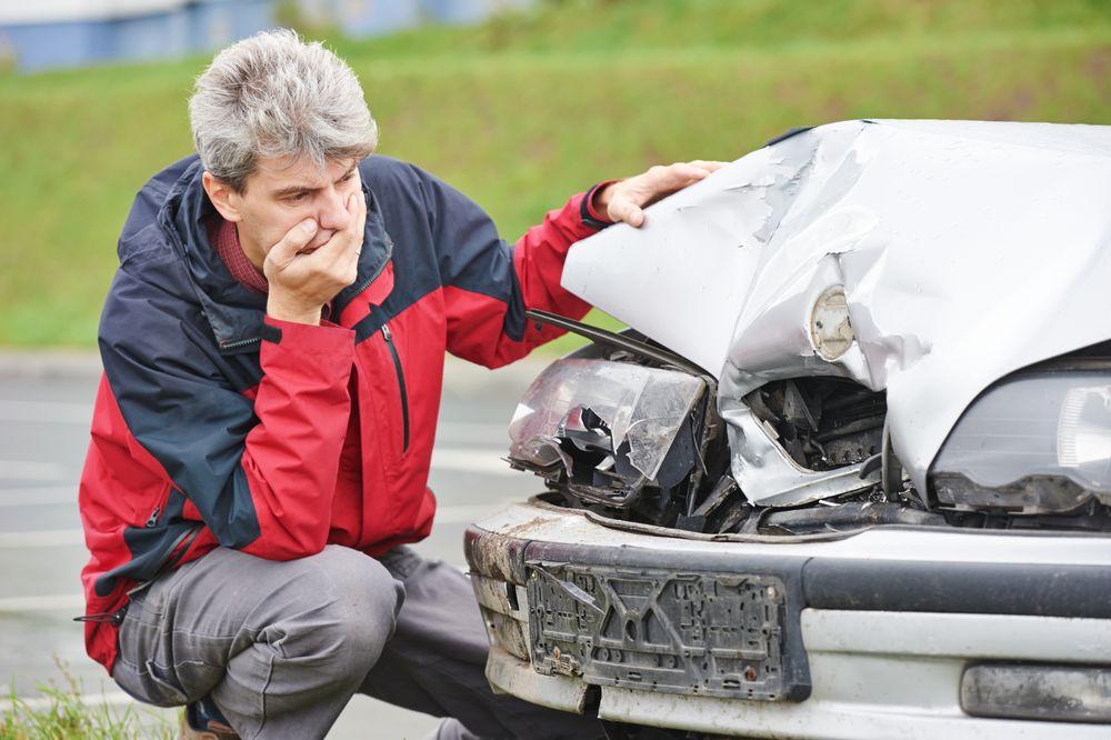 kierowca który spowodował stłuczkę bez prawa jazdy ze swoim samochodem