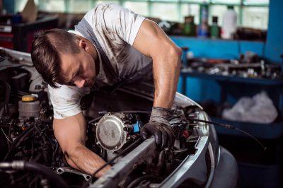 mechanik dokonuje przeglądu technicznego auta