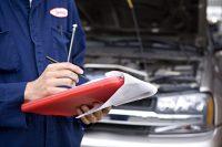 specjalista w trakcie oceny wartości pojazdu
